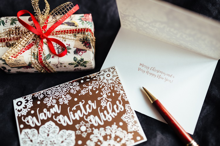 kaboompics-com_winter-wishes-gift-and-pen